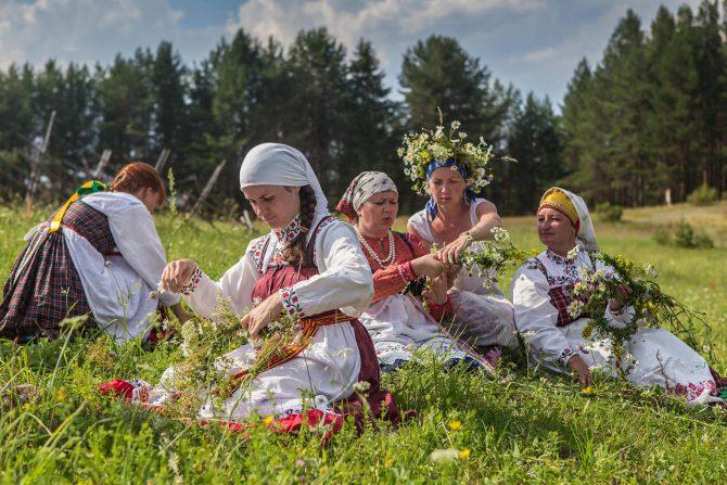 Women braiding wreaths  © Eugene Krehanov